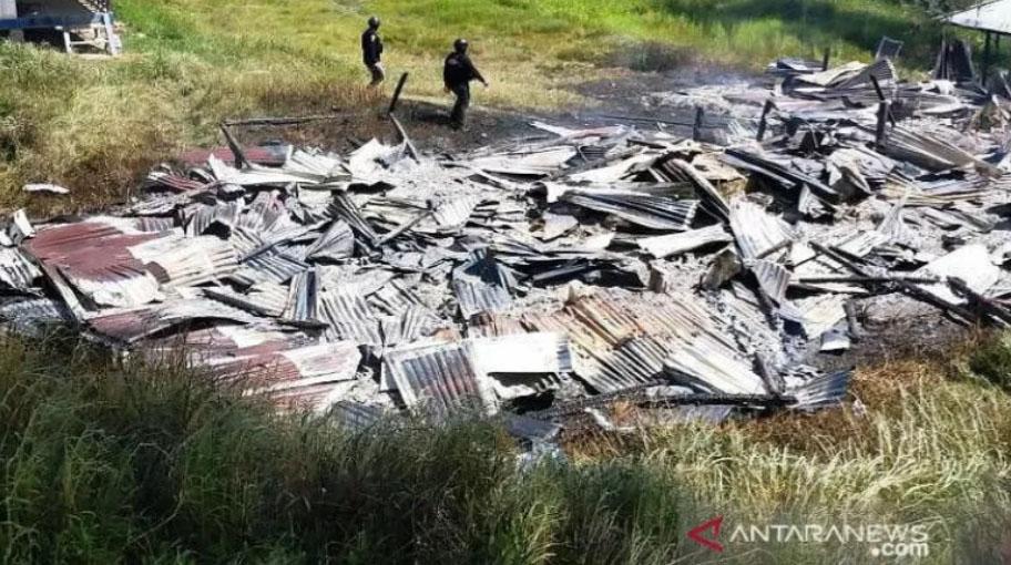 Puing-puing bekas sekolah yang dibakar KKB di Papua. Foto: Antara