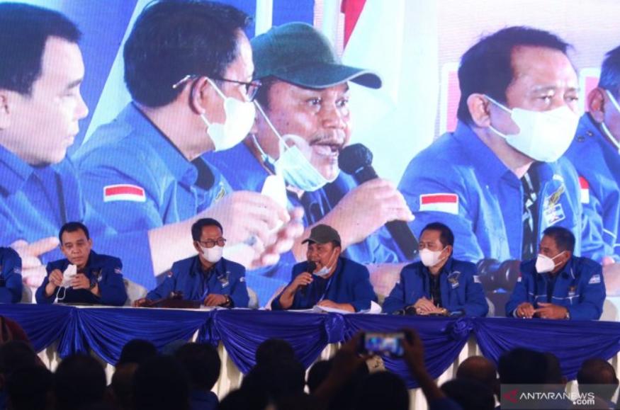 Pimpinan sidang Jhoni Allen Marbun (tengah) didampingi para kader lainnya menjawab pertanyaan wartawan saat Kongres Luar Biasa (KLB) Partai Demokrat di The Hill Hotel Sibolangit, Deli Serdang, Sumatera Utara, Jumat (5/3/2021).. ANTARA FOTO/Endi Ahmad/Lmo/
