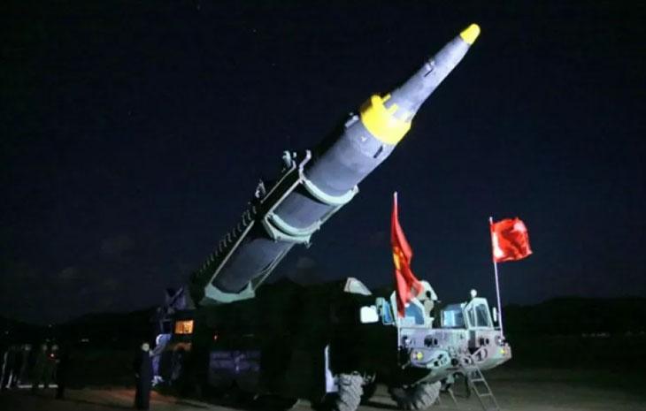 Pemimpin Korea Utara Kim Jong Un memeriksa roket balistik strategis jarak jauh Hwasong-12. (KCNA via REUTERS)