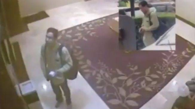 Munarman saat check ini di sebuah hotel. Foto: twitter