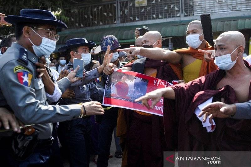 Polisi bentrok dengan biksu Buddha di Yangon, Myanmar. REUTERS/Shwe Paw Mya Tin/HP/sa. (REUTERS/SHWE PAW MYA TIN)