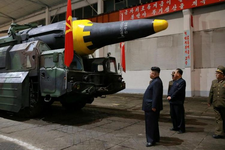 Pemimpin Korea Utara Kim Jong Un tengah memeriksa sebuah rudal balistik antarbenua (ICBM) Hwasong-12.(KCNA/Reuters/Independent)