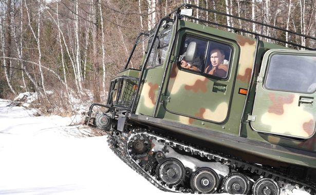 Vladimir Putin mengendarai tank di Siberia. Foto: kremlin.ru