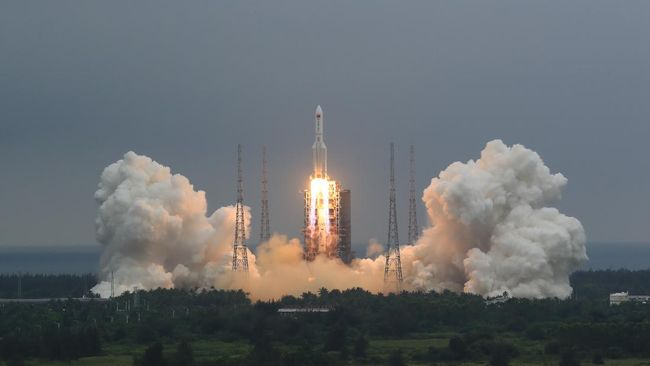 Ilustrasi peluncuran roket Long March 5B (AP/Pu Xiaoxu)