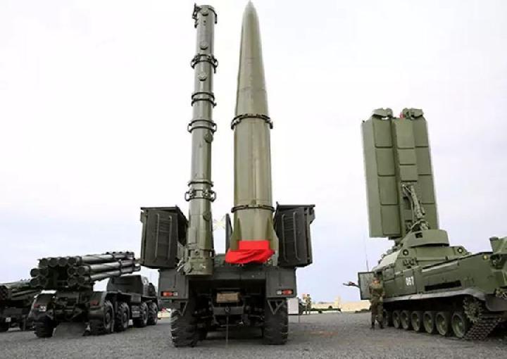 Ilustrasi: Rudal jelajah Rusia 9M728 (kiri), dan 9M723 rudal balistik jarak pendek. Foto: Stripes.com