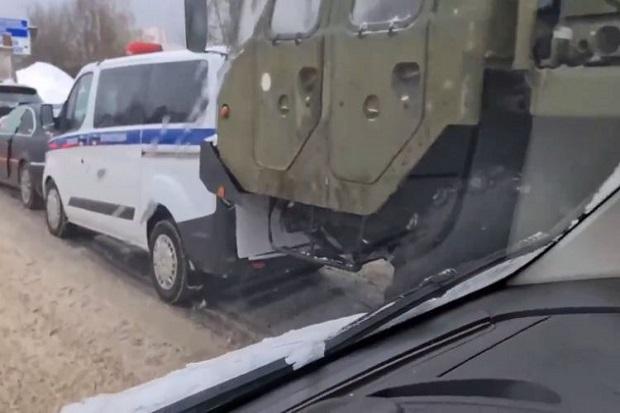 Kendaraan sistem pertahanan rudal pembunuh S-400 Rusia tabrakan berantai di sebuah jalan raya di pinggiran Moskow, Kamis (25/2/2021). Foto/Eurasia Diary