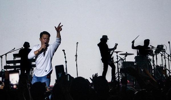 """Arsip Foto. Ariel Noah saat tampil dalam konser """"Kejar Mimpi Untuk Indonesia"""" di Bandung, Jawa Barat, Jumat (7/9/2018). Selain band Noah, penyanyi Maudy Ayunda juga tampil dalam konser itu. (ANTARA/M Ibnu Chazar)"""