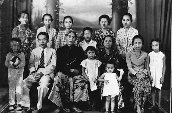 Unggah Foto Lawas Keluarga, Dian Sastro Perkenalkan Kakek Buyut