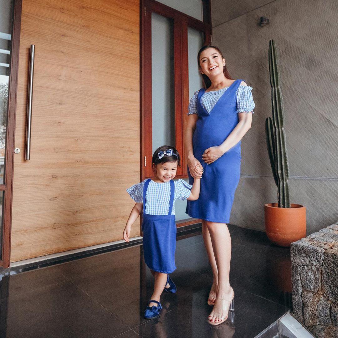 Keren! 4 Inspirasi Outfit Ibu Hamil ala Selebritas Tanah Air