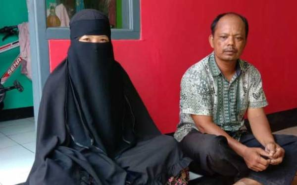 DK (kiri) didampingi Ketua RT 03/01, Desa Gunungsari, Kecamatan Ciranjang. Foto: Fadilah Munajat/Radar Cianjur