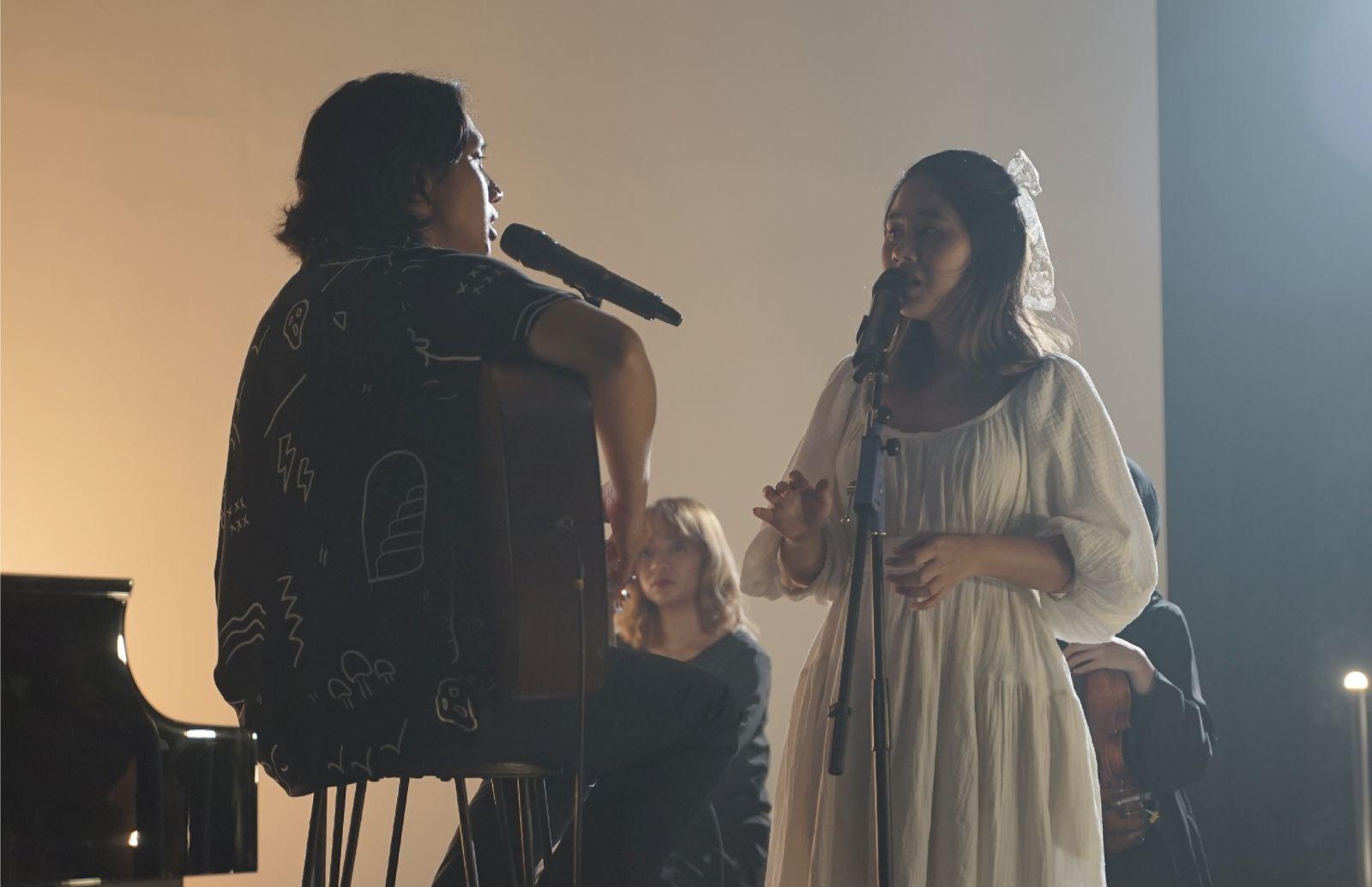 Ananda Badudu dan Nadin Amizah saat tampil di konser Wave of Cinema. Foto: Visinema Musik