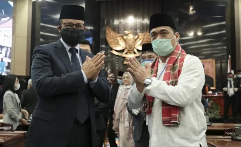 Gubernur DKI Jakarta Anies Baswedan (kiri) didampingi Wakil Gubernur DKI Jakarta Ahmad Riza Patria. ANTARA/Deka Wira S/wpa/wsj.