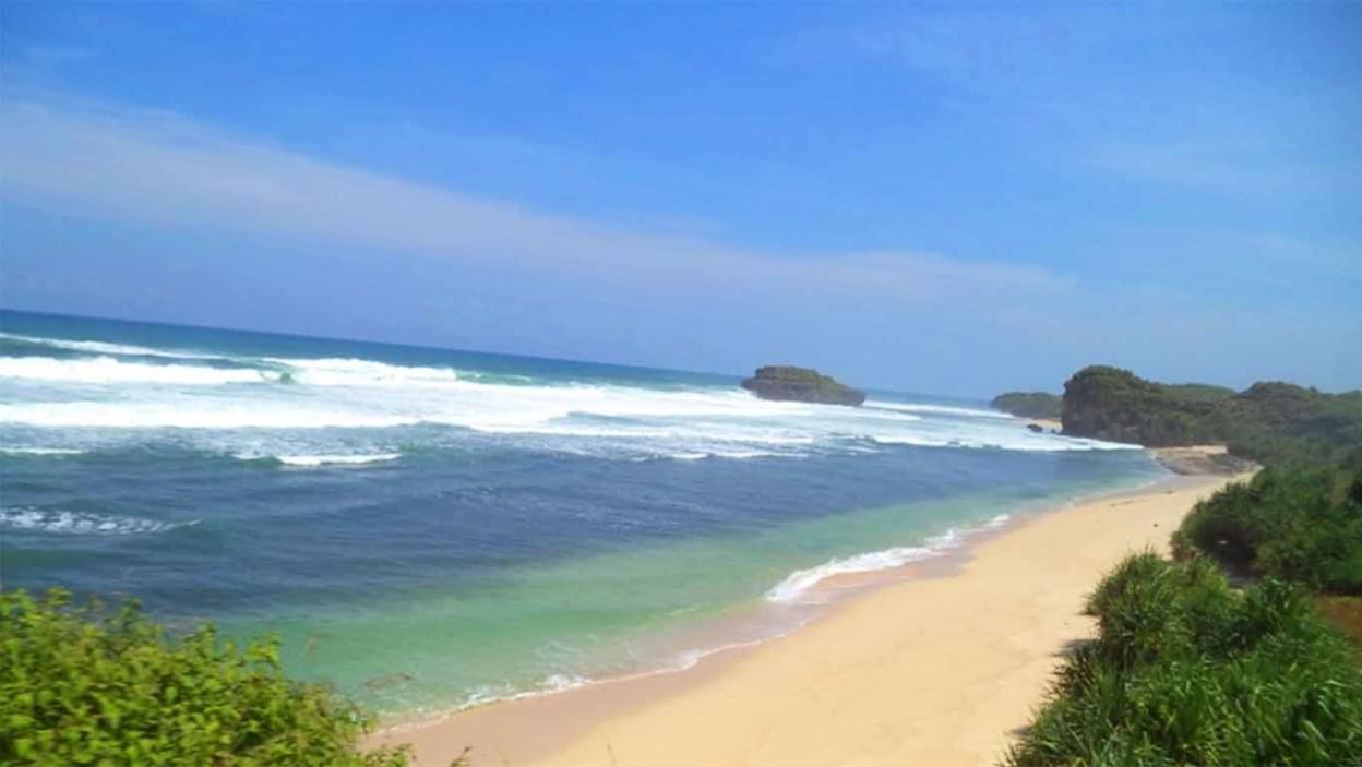 Pantai Watu Karung, Destinasi Indah dan Ekonomis di Pacitan. Foto: Pantainesia.com