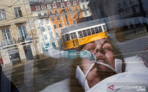 Trem terlihat melalui pantulan papan reklame sebelum pengumuman lockdown di Lisbon, Portugal, ANTARA FOTO/ REUTERS / Pedro Nunes/rwa.