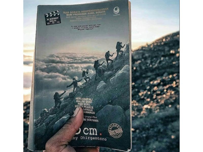 Buku 5 Cm, kisah seru pendakian puncak tertinggi di Jawa. Foto: Instagram @hariangunung