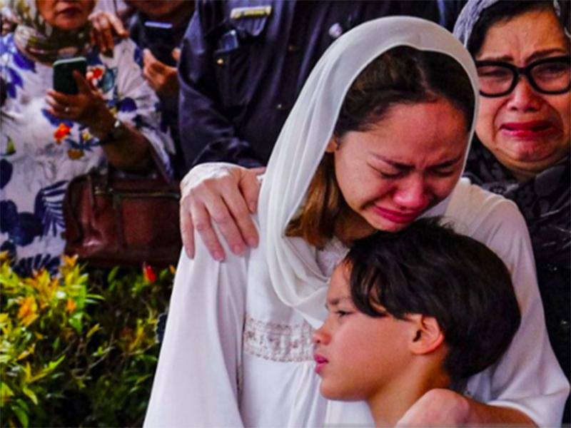 Bunga Citra Lestari alias BCL memeluk anaknya Noah Sinclair saat pemakaman Ashraf Sinclair. Foto: Antara