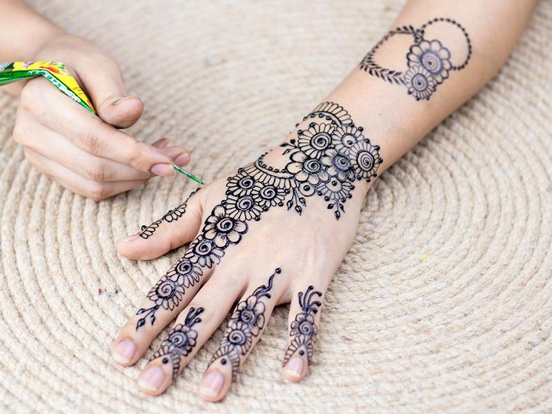 Ladies, Ini 5 Tips Merawat Henna Agar Tahan Lama di Kulit
