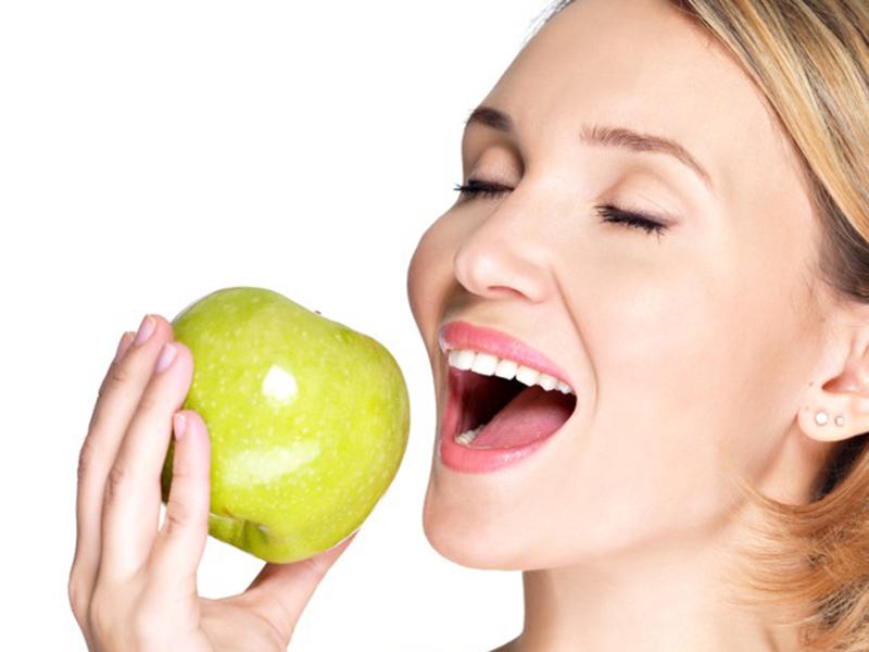 Ilustrasi makan buah apel. Foto: Freepik/valuavitaly
