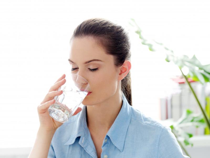 Ilustrasi minum segelas air putih setiap pagi. Foto: Freepik/Racool_studio
