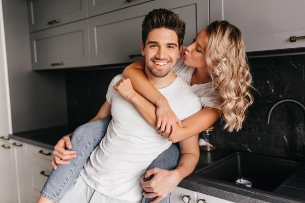 Bukan Nafsu, Ini Alasan Pria Sering Minta Cium Sama Pasangan!