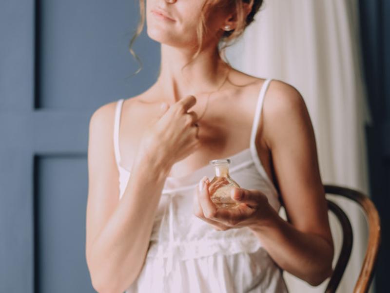 Ilustrasi perempuan menggunakan parfum. Foto: Freepik/freepic.diller