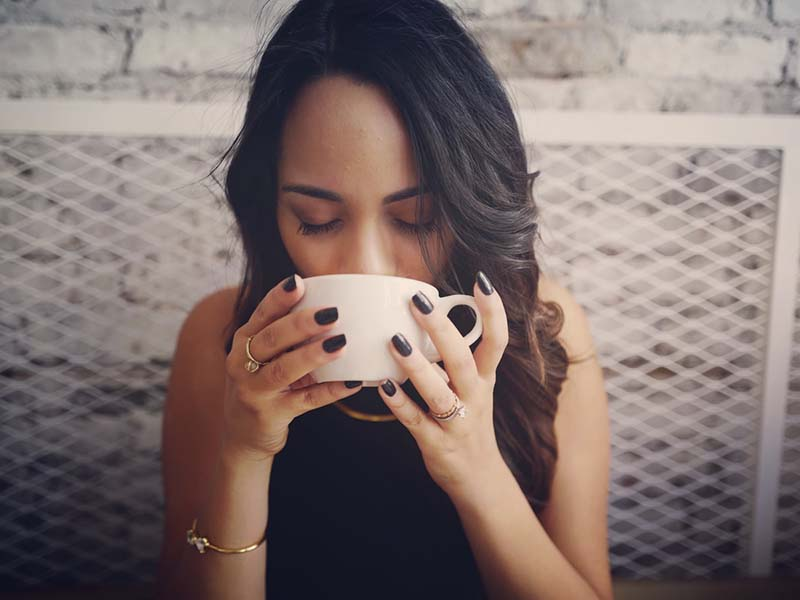 Ilustrasi perempuan sedang minum teh. Foto: Unsplash