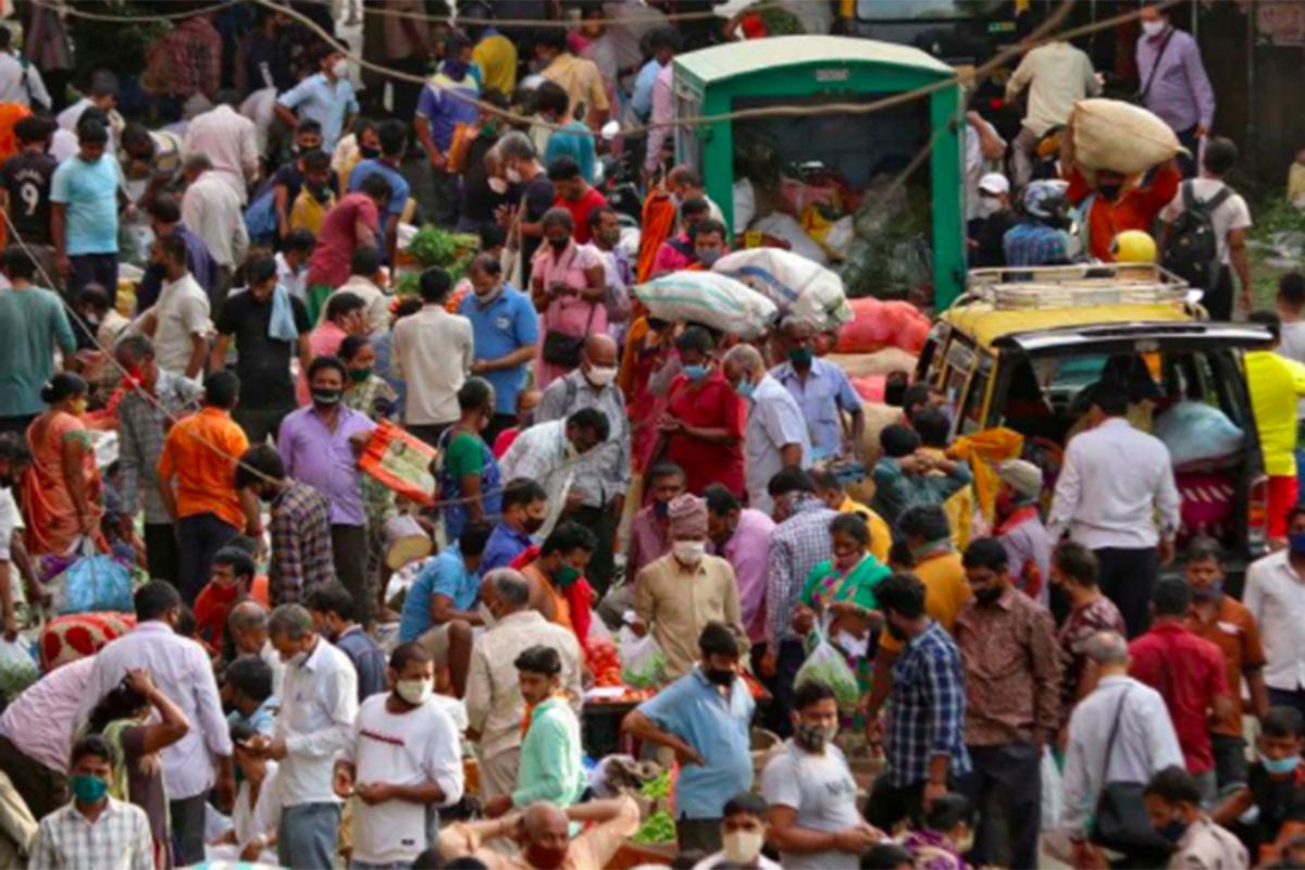Suasana di pasar yang ramai saat pandemi Covid-19 di Mumbai, India. Foto: Antara/Reuters/Niharika Kulkarni