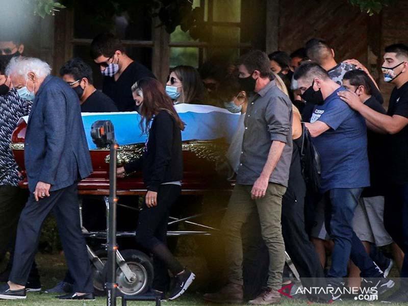 Teman dan keluarga membawa peti jenazah legenda sepak bola Diego Armando Maradona, di pemakaman di Buenos Aires, Argentina. Foto: Antara/Reuters