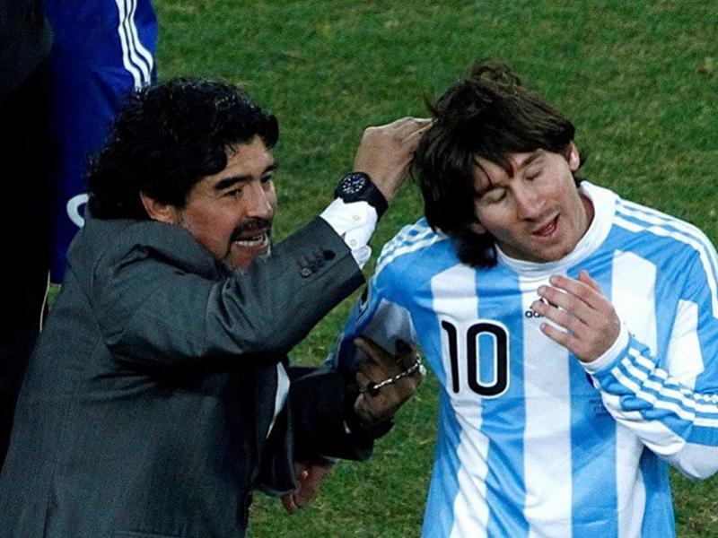 Diego Maradona (kiri) saat menjadi pelatih tim nasional Argentina melakukan selebrasi dengan Lionel Messi. Foto: Antara/REUTERS/David Gray