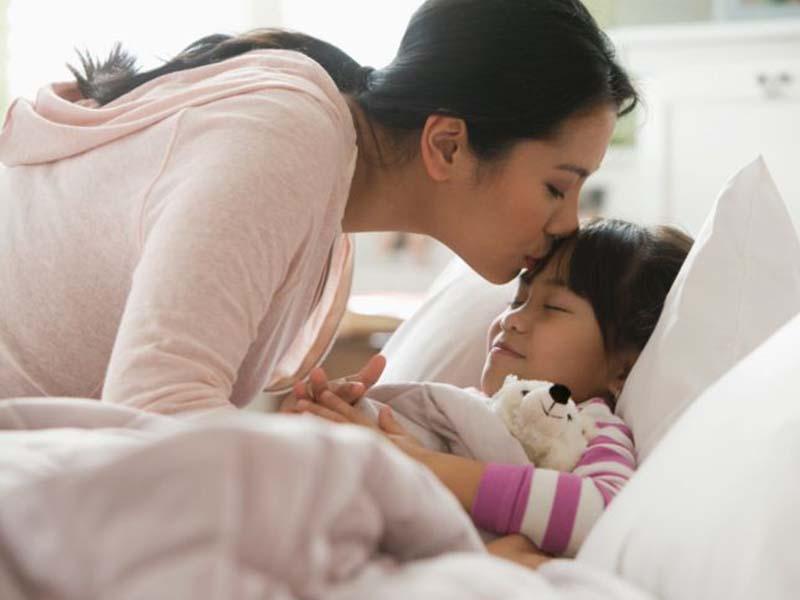 Ilustrasi memberi kecupan anak sebelum tidur. Foto:verywellfamily.com