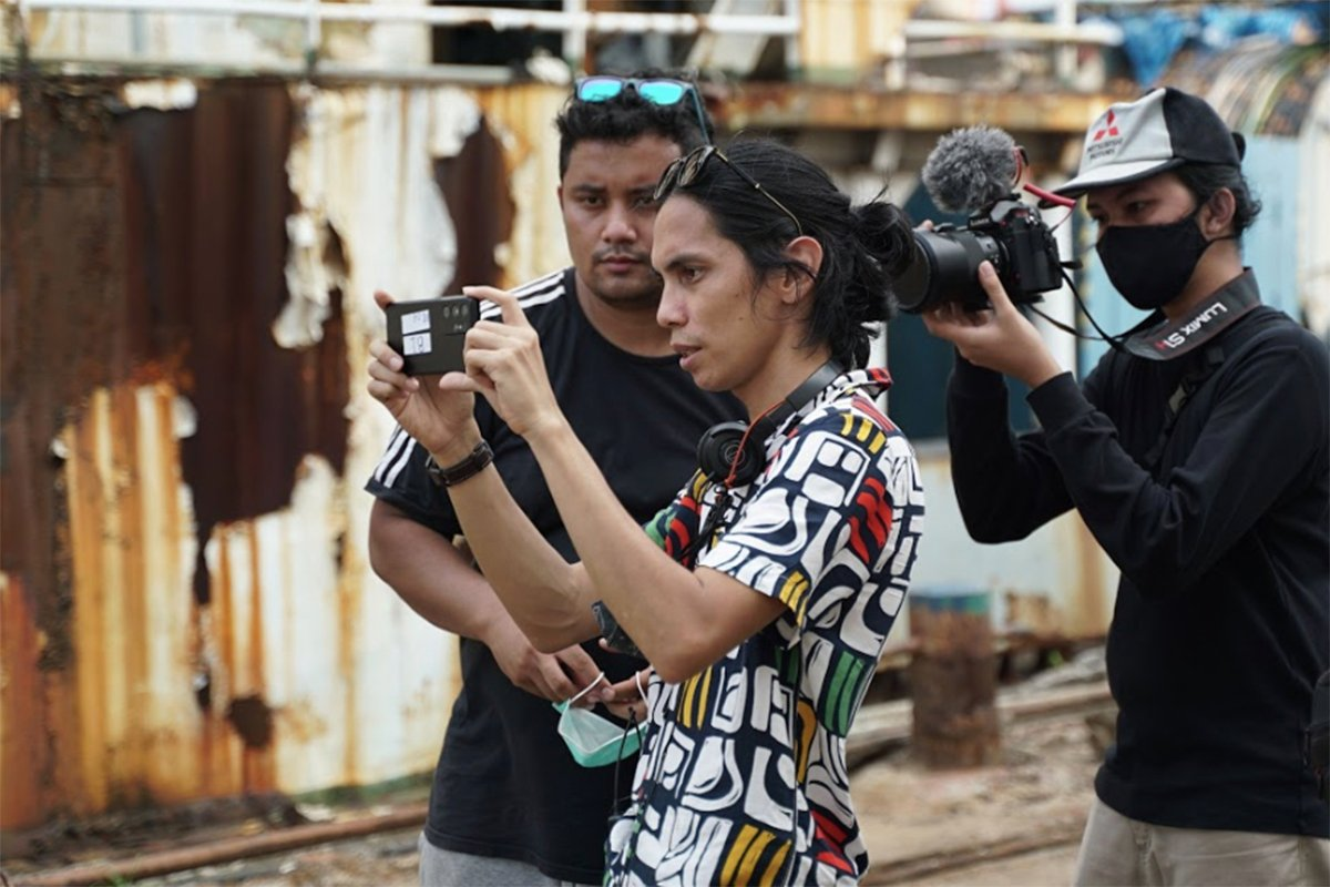 Angga Dwimas Sasongko dalam proses pembuatan film pendek Konfabulasi. Foto: Dok. Galaxy Movie Studio 2021