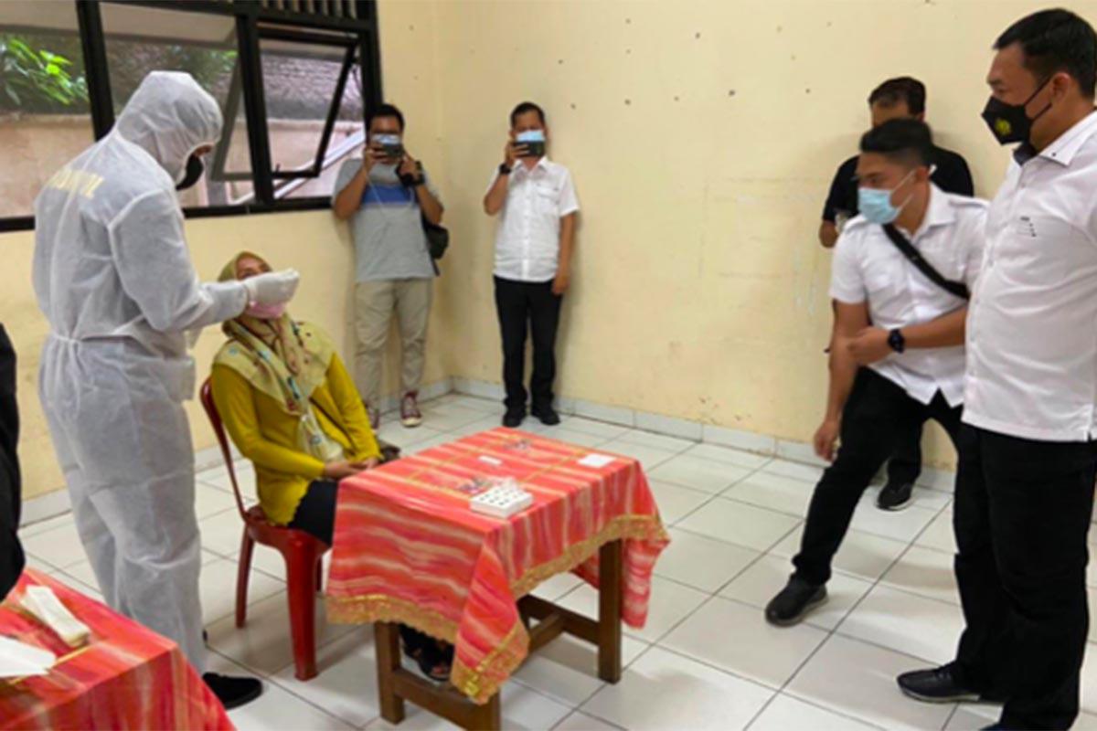 Petugas melakukan swab antigen untuk warga yang baru mudik. Foto: Dok. Humas Polda Metro Jaya