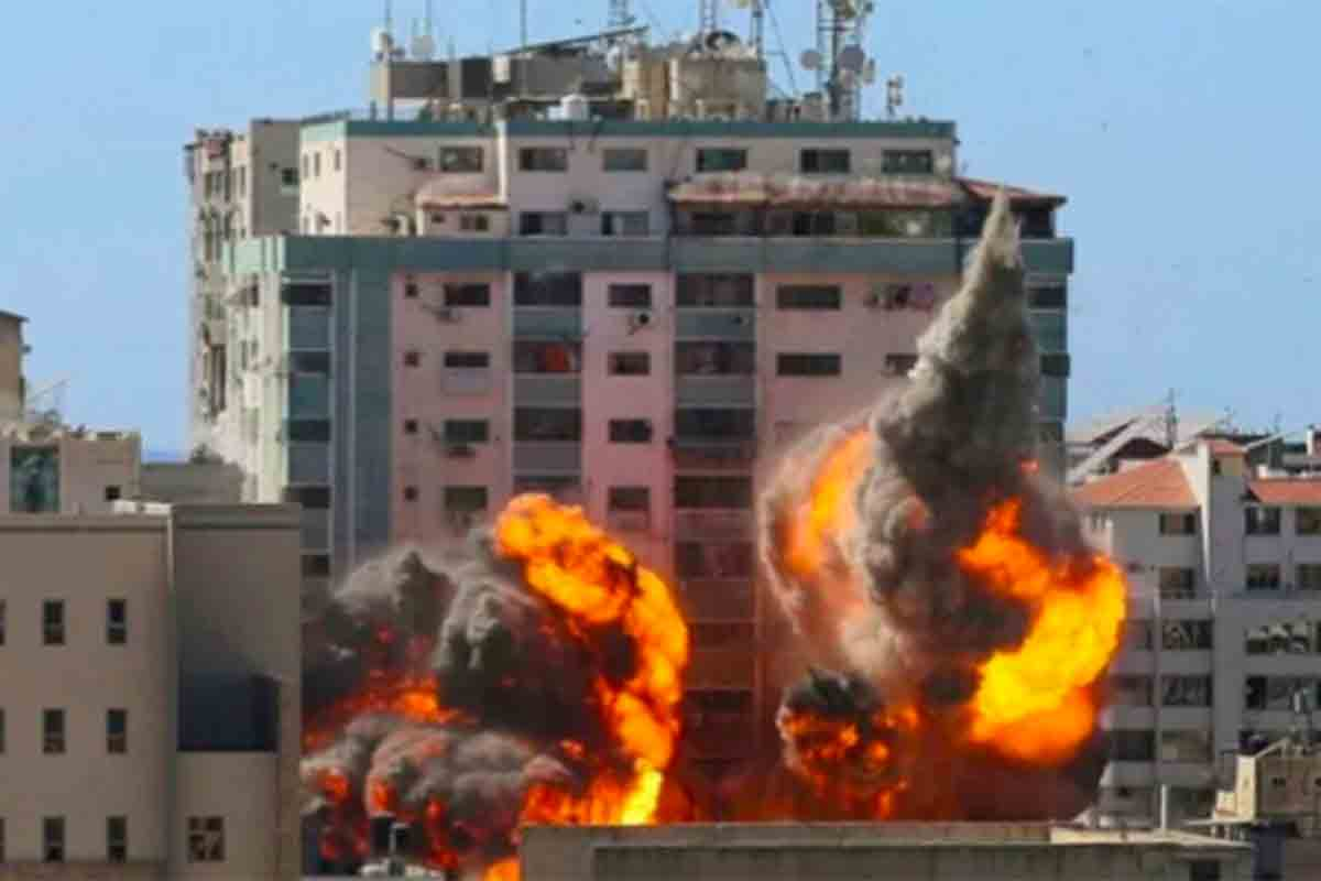 Gedung al-Jalaa, tempat kantor media Associated Press (AP) dan Al Jazeera berada, dilanda serangan udara Israel di Kota Gaza, Sabtu (15/5). Foto: Antara/Reuters/Ashraf Abu Amrah/rwa.