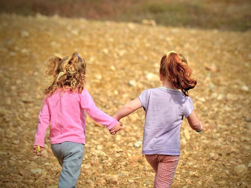 Ilustrasi anak bermain dengan teman sebaya. Foto: Pixabay