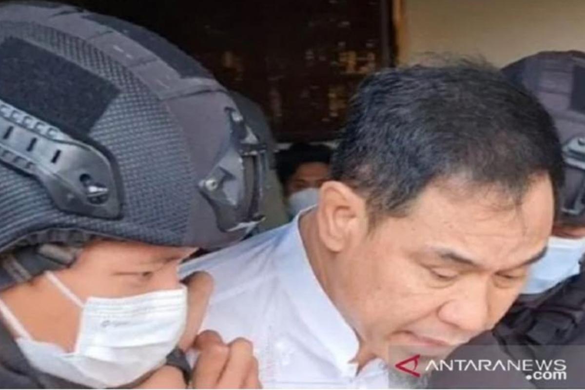 Momen ketika Munarman ditangkap tim Densus 88 Antiteror. Foto: Antara