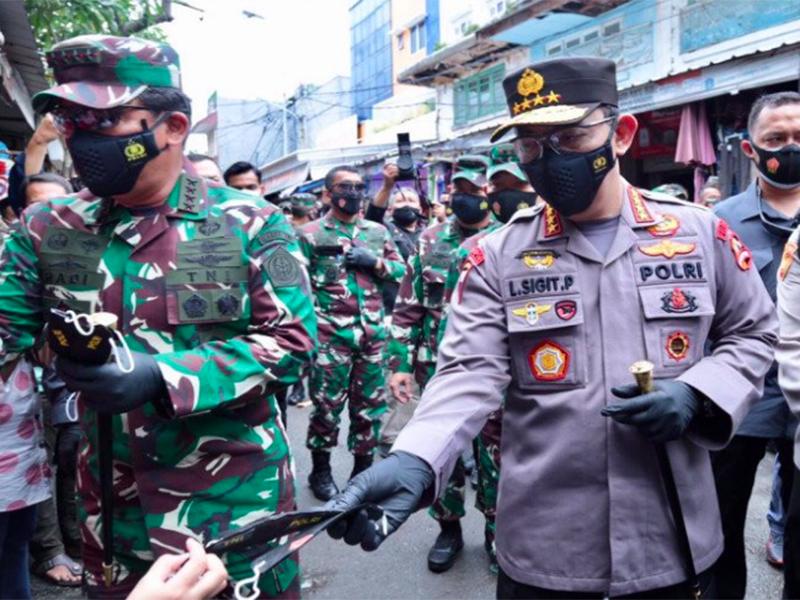 Kapolri Jenderal Pol Listyo Sigit Prabowo (tengah) bersama Panglima TNI Marsekal Hadi Tjahjanto (kiri). Foto: Antara