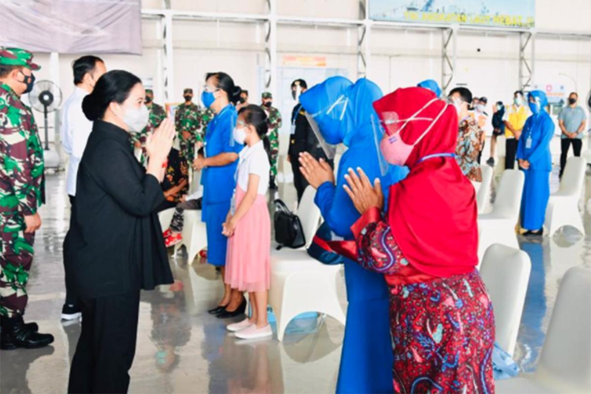 Ketua DPR RI Puan Maharani mendampingi Presiden Joko Widodo (Jokowi) untuk bersilaturahmi dan memberikan bantuan kepada keluarga korban KRI Nanggala-402. Foto: dok. DPR RI