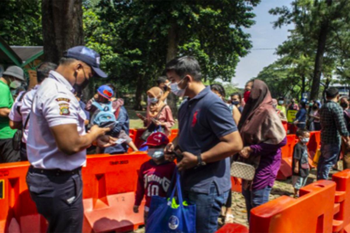Pengunjung Taman Margasatwa Ragunan (TMR), Pasar Minggu, Jakarta Selatan pada hari kedua operasi libur Idulfitri 2021. Foto: Antara