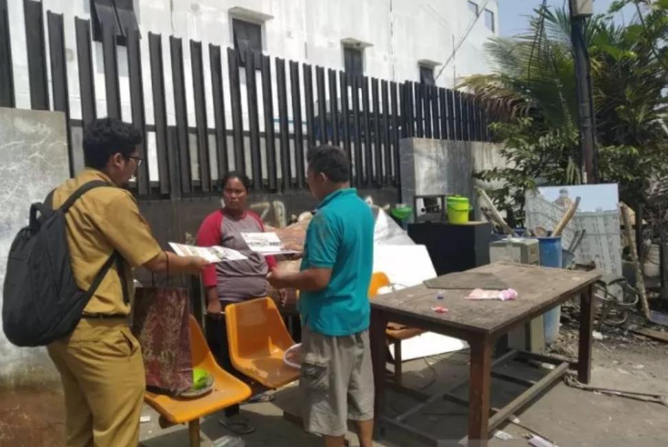 Pegawai Pusat Pelatihan Kerja Daerah (PPKD) Jakarta Utara membagikan brosur program pelatihan di lokasi penggusuran Jalan Agung Perkasa VIII, Kelurahan Sunter Agung, Selasa (19/11). (ANTARA/HO/Humas Pemkot Jakarta Utara)