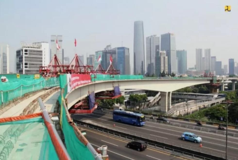 Jembatan lengkung LRT yang dibangun oleh para insinyur Indonesia dan berhasil meraih rekor dari Museum Rekor Indonesia atau MURI. Dokumentasi Kementerian PUPR