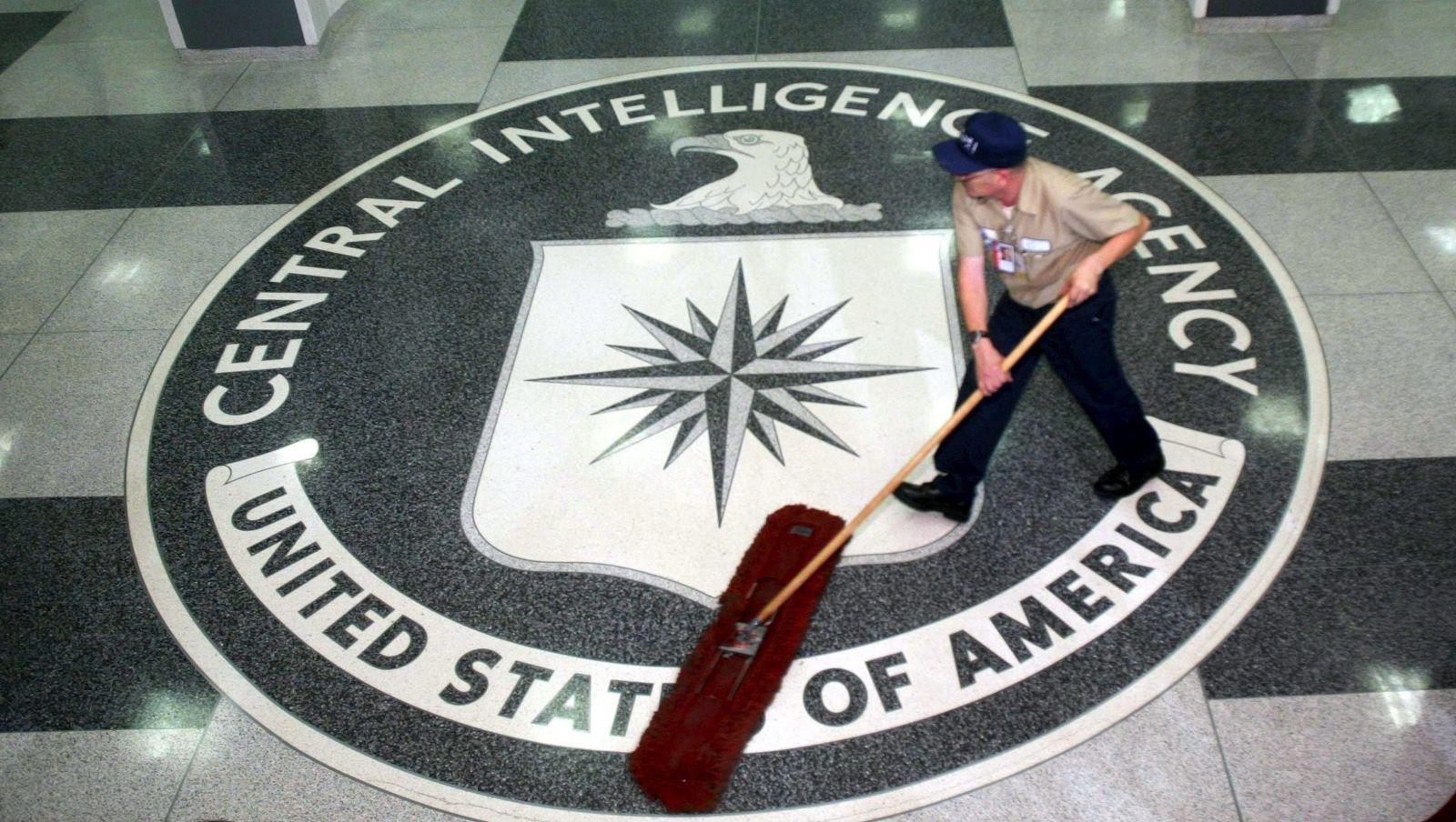 Petugas kebersihan saat tengah menyapu lantai berlogo CIA. Foto: USA Today/