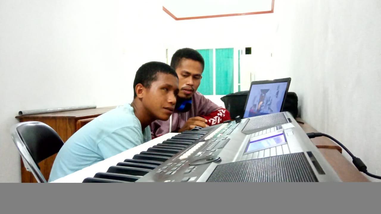 Aldy dan Riko bersama-sama mempelajari lagu baru dengan hanya mendengar lagu tersebut di YouTube. Foto: PR YouTube