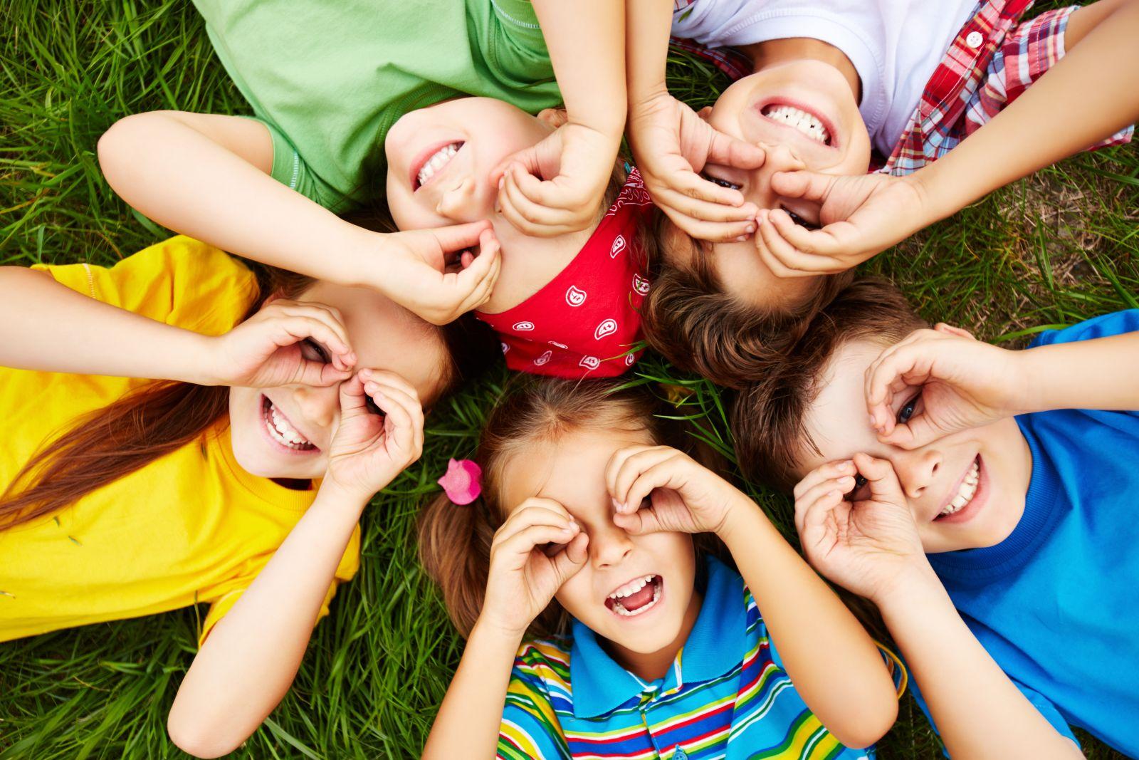 Ilustrasi anak-anak bermain dengan teman sebaya. Foto: Freepik