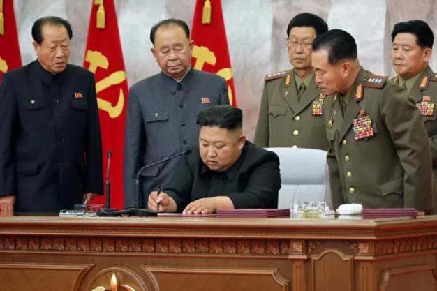 Pemimpin Korea Utara Kim Jong Un (tengah). KCNA via REUTERS/wsj/djo