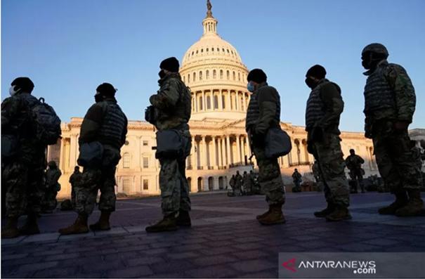 Anggota Garda Nasional siaga di U.S. Capitol, Washington, Amerika Serikat. REUTERS/Joshua Roberts/aww/cfo.