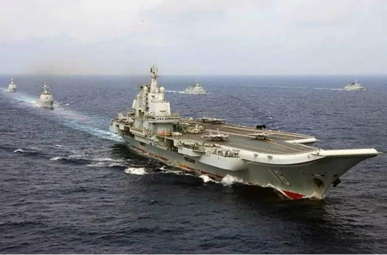 Kapal induk AL China Liaoning saat menjalani misi patroli laut. (ANTARA/HO-Military.com/mii)