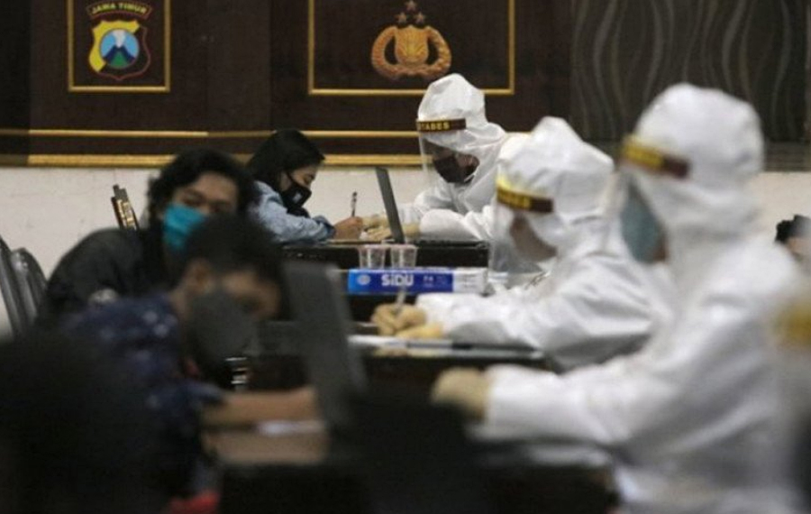 Petugas melakukan pemeriksaan cepat COVID-19 di Polrestabes Surabaya. (ANTARA Jatim/ Didik Suhartono)