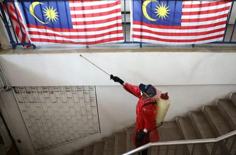 Dokumentasi: Petugas menyemprotkan desinfektan di sebuah pasar Malaysia yang ditutup saat pengendalian pergerakan manusia. ANTARA/REUTERS/Lim Huey Teng/aa. (REUTERS/Lim Huey Teng/LIM HUEY TENG)