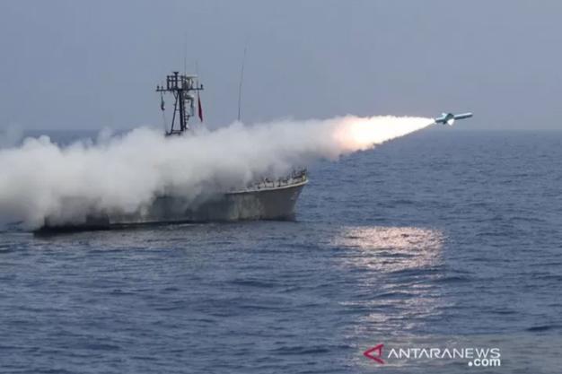 Sebuah peluru kendali diluncurkan militer Iran saat latihan angkatan laut di Teluk Oman, Kamis (14/1/2021). ANTARA FOTO/Iranian Army/WANA (West Asia News Agency)/Handout via REUTERS/WSJ/cfo.