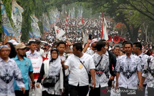 Arsip- Unjuk rasa ribuan massa yang tergabung dalam Perkumpulan Guru Honorer (PGH). ANTARAFOTO/Yulius Satria Wijaya/hp